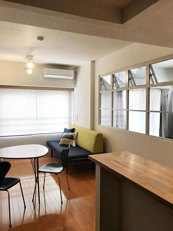 完成したLDKは、便利なキッチンのカウンターを新設、ガラスを通じて隣の部屋からも日差しと風が入る開放感ある個性的な空間に(工事後)(画像提供/小林さん)