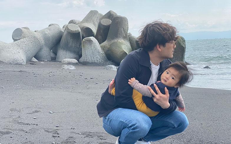 静岡の実家近くの海で長男と。「子育ては自分が育ったようなのんびりした環境でしたい」と小林さん(画像提供/小林さん)