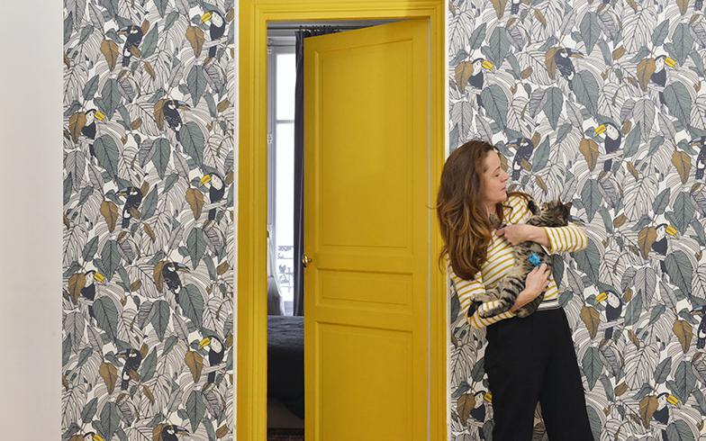 「この壁紙を貼っ他ことによって、部屋の雰囲気がガラッと変わりました」とカミーユさん。これによって部屋を変えていくアイディアがつぎつぎと浮かんできたそう(写真撮影/Manabu Matsunaga)