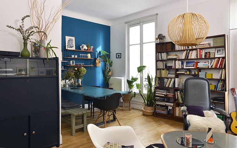 ダイニングとサロン。左にあるチェストはバタフライ式で、机を広げるとカミーユさんの仕事場になるこだわりのミッドナイトブルーのペンキで自分で塗り替えた(写真撮影/Manabu Matsunaga) 濃紺なので黒に見えてしまいますが、これがミットナイトブルーのチェストです。