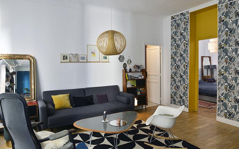 ソファとローテーブルをグレーで統一。通路の壁紙がインパクトあるので家具は抑えめの色をチョイス(写真撮影/Manabu Matsunaga)