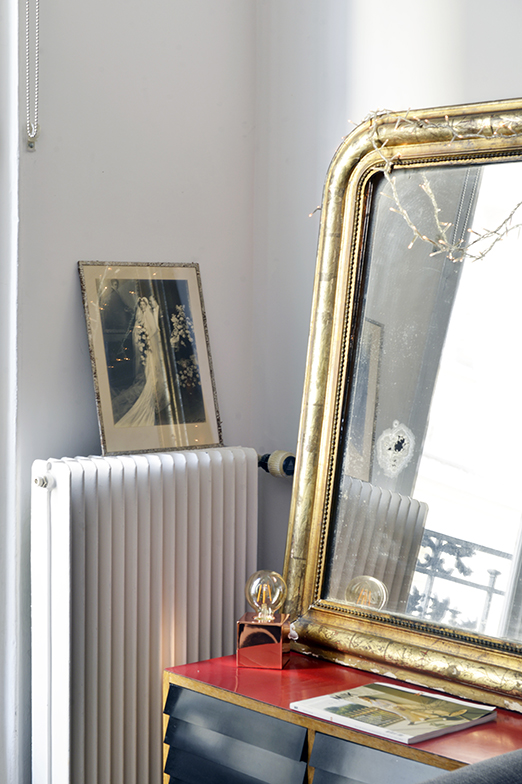 祖母からゆずり受けた鏡はleboncoin(個人売買サイト)で購入したレコード入れの棚の上に(写真撮影/Manabu Matsunaga)