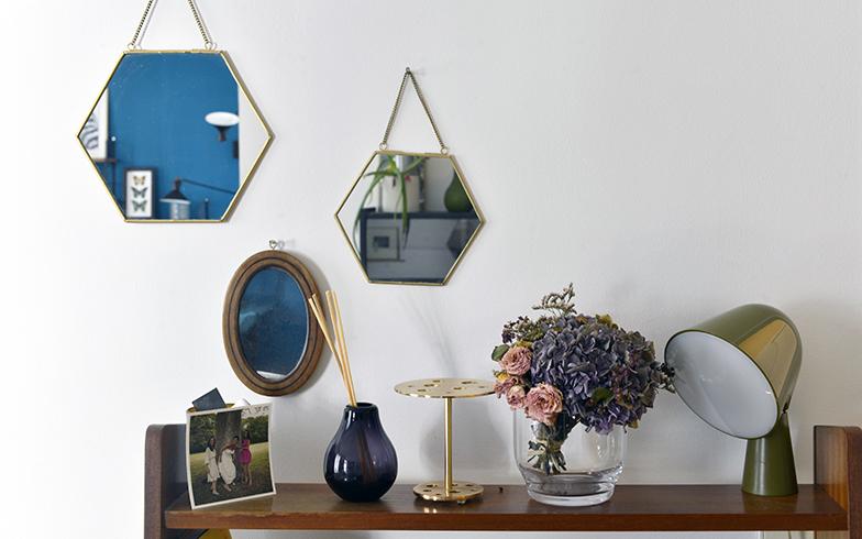 フランス人デコレーターのピエール・グアリッシュのキャビネットの上には、3つの鏡のほかにフランス人デザイナーのイオナ・ヴォートリンによるゴールドのランプや、デンマークの家具ブランド「フリッツ・ハンセン」の「IKEBANA JAIMEHAYON(花瓶)」が飾られている(写真撮影/Manabu Matsunaga)