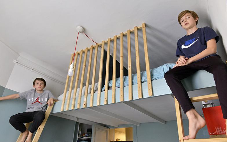 メザニンのベッドは「秘密基地みたいでうれしい」と二人。それぞれのベッドの間は薄い板で仕切られているのでプライバシーを保つことができる(写真撮影/Manabu Matsunaga)