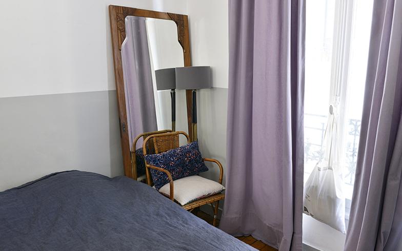 寝室の窓際に置くことによって光が拡散して明るくなる。鏡は古い洋服ダンスから鏡だけを外したもの(写真撮影/Manabu Matsunaga)