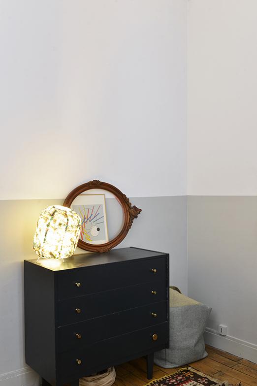 サロンに置いてあるバタフライ式の仕事机と同じミッドナイトブルーのペンキを塗ったチェスト。鏡の近くにランプを置くことによって光が広がる(写真撮影/Manabu Matsunaga)