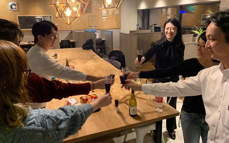 ボジョレー・ヌーヴォーを会員で飲む、コワーキングスペースのイベントのひとつ(写真提供/小林さん)