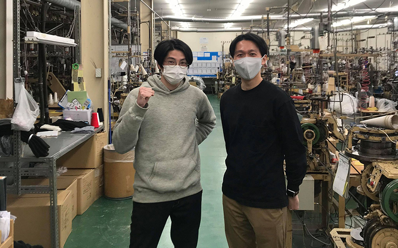 ワシオ社独自の起毛素材を使用したインナーや靴下などを手がけるニットブランド『もちはだ®』を中心としたマーケティングを担当。写真は兵庫県加古川市の工場にて、3代目・鷲尾岳さんと (画像提供/ワシオ)