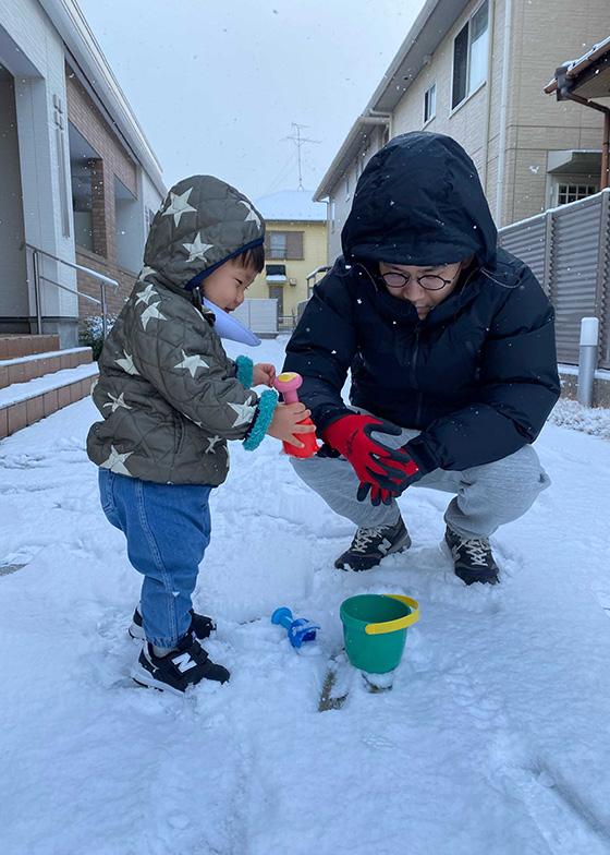 積雪の日の外遊び。今は岐阜市在住。都会の名古屋へも実は車で30分圏内。かつ自然豊かな環境も身近で、子育てしやすい(画像提供/土屋さん)