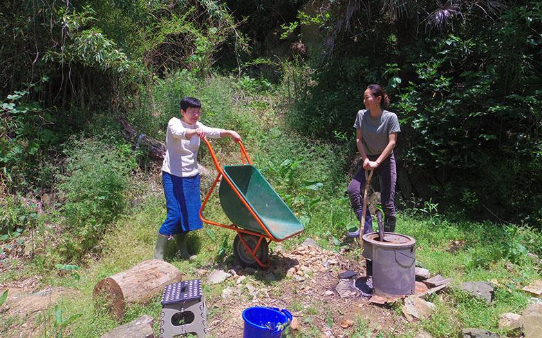 庭仕事をしている阿部さん(左)と菅原さん(右)。クリエイティブな作業に最適な環境だ(写真提供/巻組)