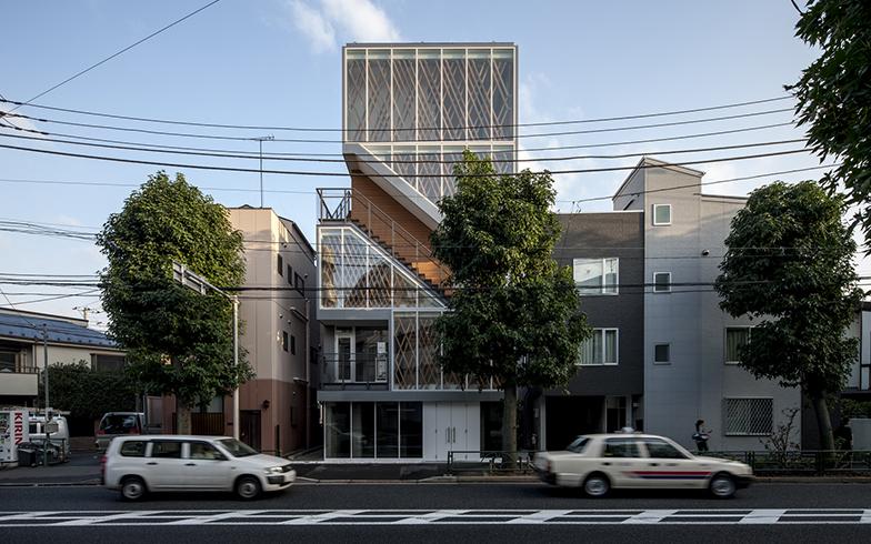 1・2階がRC造(鉄筋コンクリート造)、2〜5階が木造の集合住宅「下馬の集合住宅(サンパパ下馬ハウス)」(設計:小杉栄次郎・内海彩、撮影:淺川敏)