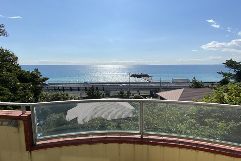 海を見渡せるマンション。海までの距離は徒歩わずか1分(画像提供/太平洋不動産)