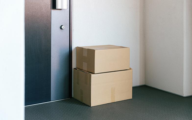 防火上の観点から荷物を玄関前に置かないなど長期不在ならではの注意点も(PIXTA)
