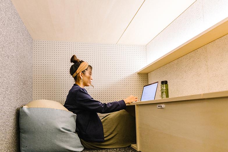 「unitoCHIYODA」には、寝具や棚など都会で暮らす最低限の設備がそろっている。キッチンやシャワーは部屋にはなく、シェアスペースを利用(画像提供/Unito)