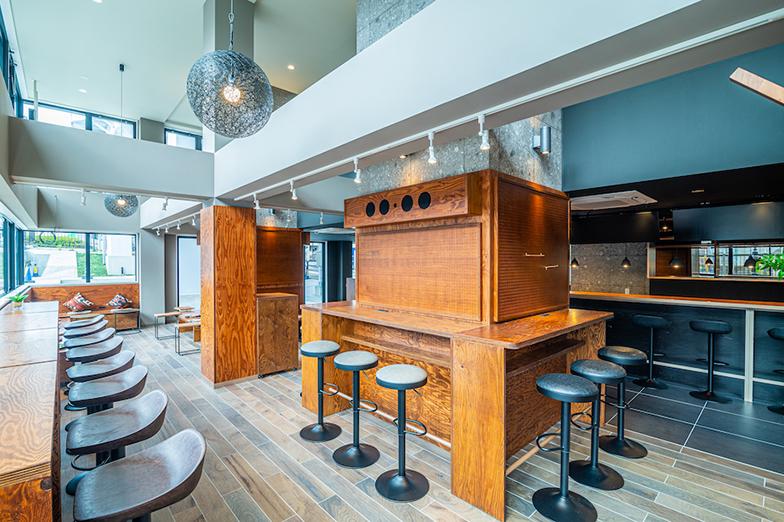 「WISE OWL HOSTELS RIVER TOKYO」 1階のカフェスペース。リモートワークやミーティングに使われ、地域の人も訪れる(画像提供/Unito)