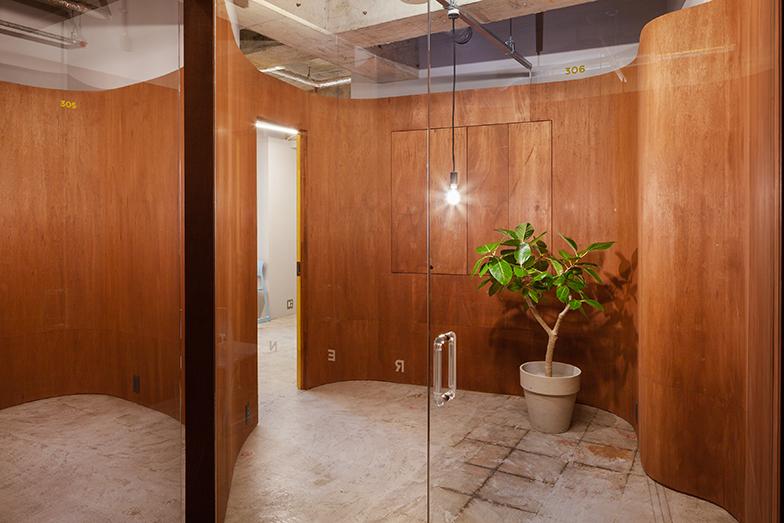 ガラス張りのドアの向こうがオフィス。シャワー、バス、トイレ付きのオフィスもある。ガラスの扉のある部屋を時間貸しすることが可能(画像提供/エコラ)