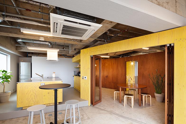 3階にあるシェアキッチン。交流の場としてフロアの中央に配置(画像提供/エコラ)