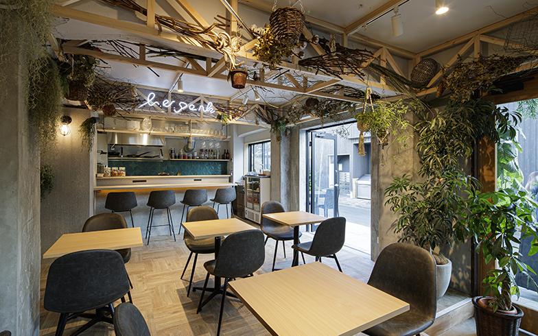1階にできたダイニングバー。「緑豊かな街の公園」をイメージしているそう(写真提供/ジェクトワン)