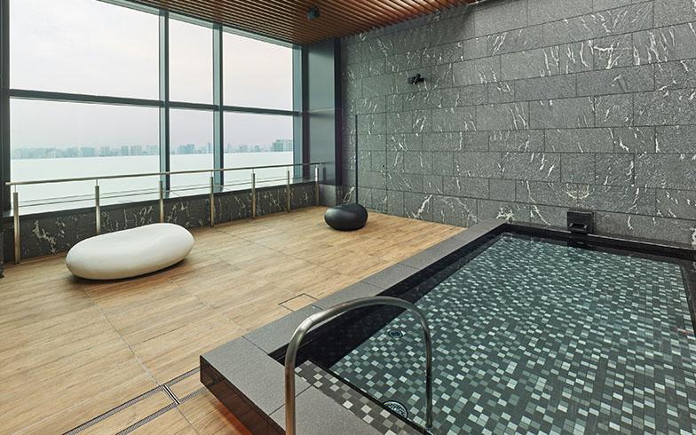 三井ガーデンホテル豊洲ベイサイドクロスの大浴場。仕事に集中したあとは、贅沢な施設でゆっくりくつろげるのがうれしい(画像提供/三井不動産ホテルマネジメント)
