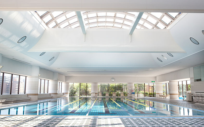 「デラックスプラン」は、ロイヤルスイミングクラブのプール、サウナ、大浴場が無料で利用可能。長期滞在中の健康づくりをサポートしてくれるサービスだ(画像提供/リーガロイヤルホテル)