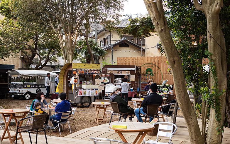 階段を登るとそこはカフェスペース。取材日は月に1度の「農の市」が開催されていて出店も多く、より和やかな雰囲気に(写真撮影/片山貴博)
