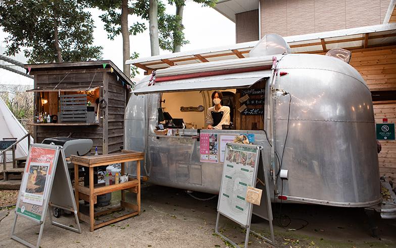 こちらのカフェは常時開店している。左の小屋はポートランドのタイニーハウスに着想を得たもの(写真撮影/片山貴博)