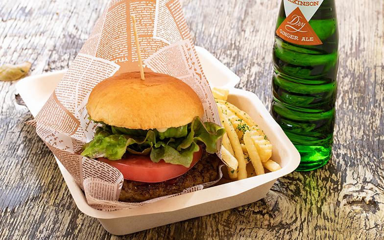 カフェで提供され、椿森コムナの名物となっている「BAMBIバーガー」。肉の焼ける匂いが食欲をそそります(写真撮影/片山貴博)