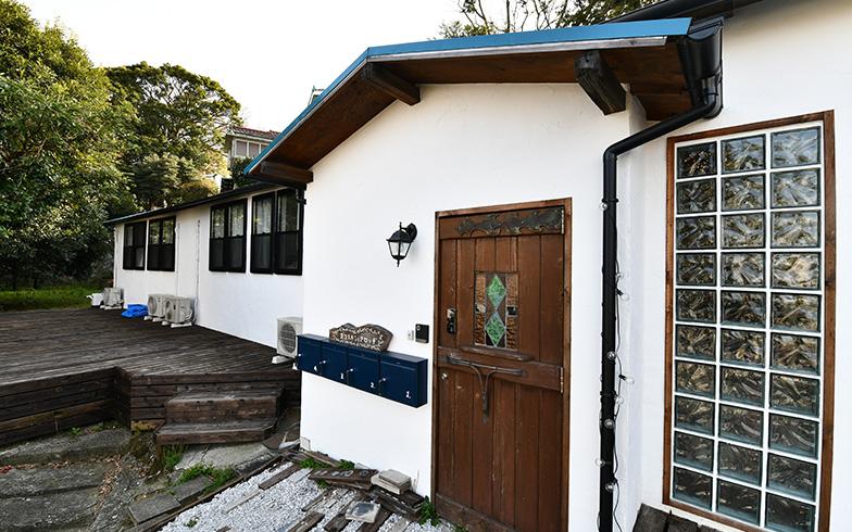 築約100年の長屋を活用した「ヨコスカシェアロッヂ」。関東大震災の廃材が使われており、味わいを活かしたデザインが特長です(写真撮影/五十嵐英之)