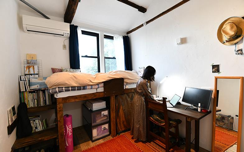 一般的な賃貸アパートでは見られない「むき出しの梁」や「古材の床」が、何とも贅沢。アンティーク調の椅子も雰囲気たっぷりです(写真撮影/五十嵐英之)