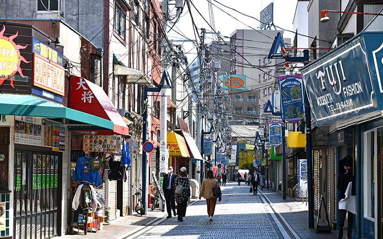 シェアハウスから坂を下ると5分ほどで商店街に。「徒歩圏内で日常の必要なものを何でもそろえられて、とても便利です」(はるさん)。横須賀には日本とアメリカンな雰囲気が融合した「どぶ板通り商店街」(写真)のようなユニークな商店街も(写真撮影/五十嵐英之)
