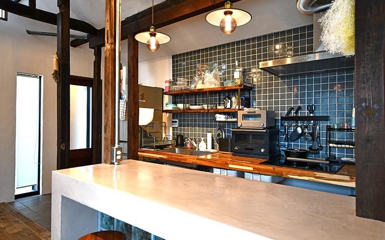 キッチンのカウンターは作業台とテーブルを兼ねていて、仕事をしたり、入居者同士でおしゃべりしながら料理をしたり、過ごし方の幅が広がります(写真撮影/五十嵐英之)