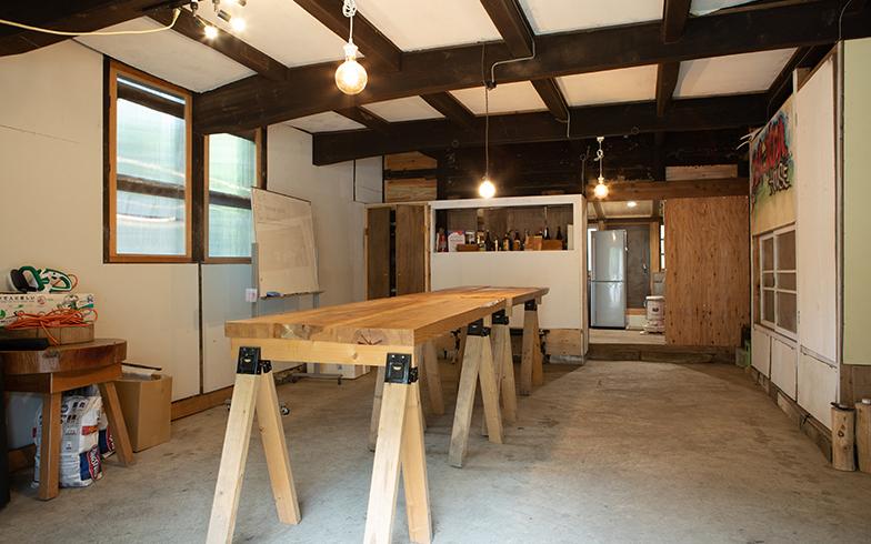 土間にコンクリートを打ってコミュニケーションスペースに。使っていない梁でつくったロングテーブル。かまどもワークショップで自作(写真撮影/片山貴博)