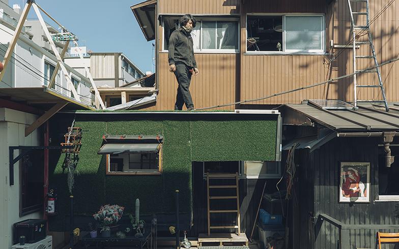 左部分のコンテナと手前の緑の個室(モバイルセル)は移動できて居住できる部屋。茶色と黒が建物でハウスコア。内部は窓や通路でつながっていて、行き来可能です(写真撮影/嶋崎征弘)