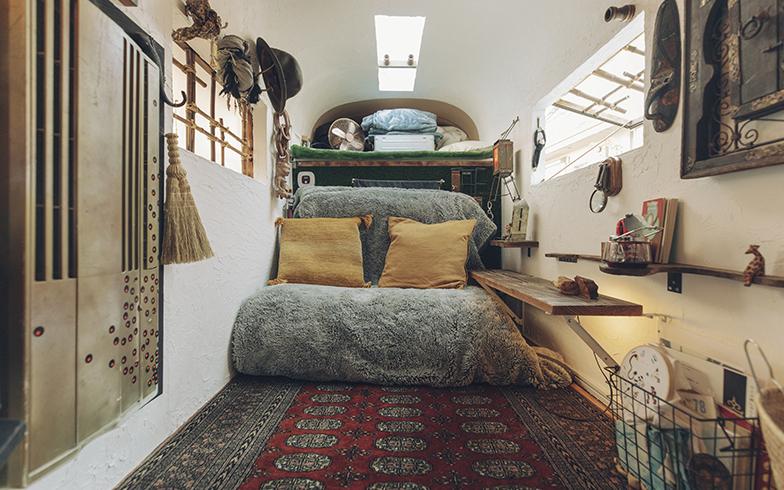 モバイルセルの内部。大人2人が眠れて暮らせるサイズ。用途はさまざまで、音楽スタジオにした例も。これが軽トラに搭載できるってすごい!(写真撮影/嶋崎征弘)