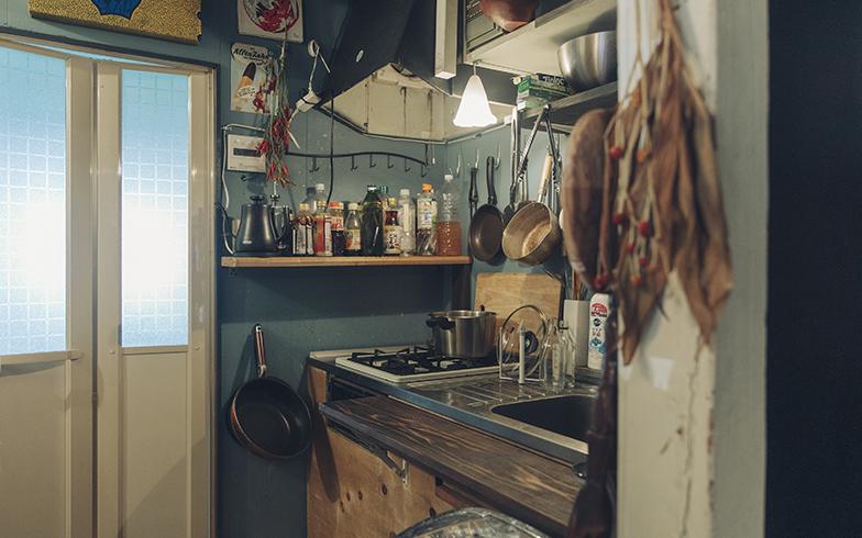 アトリエにあるキッチンとDJブース。食や音楽などライフスタイルや文化を大切にする塩浦さんたちの個性があふれています(写真撮影/嶋崎征弘)