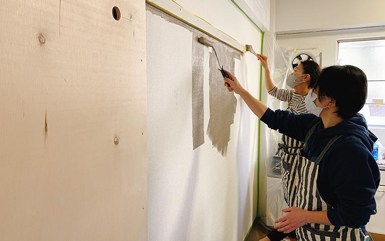 オーナーや不動産会社向けに夏水組が開催している「内装の学校」では、養生の仕方、壁紙やクッションフロアの張り方などが学べる。レトロな雰囲気の物件に合う「アンジェリーナ」というブラウン系のペンキを塗装中(画像提供/夏水組)