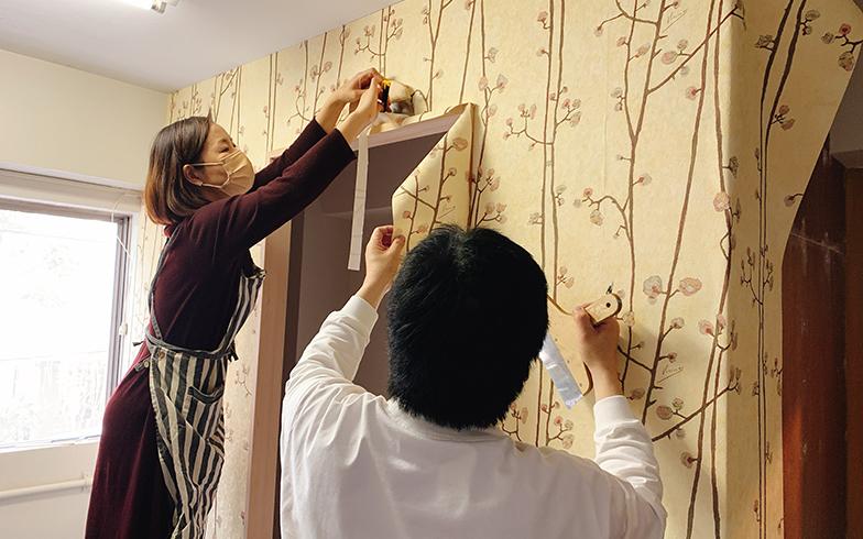 輸入壁紙「ゴッホシリーズ」を貼る参加者。この後は、撮影のポイントなどのアドバイスを受けた(画像提供/夏水組)