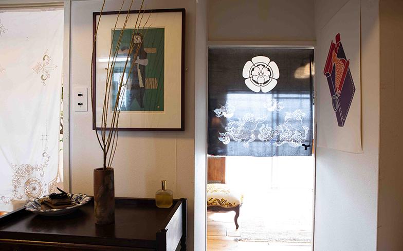間取りは、1DK。玄関を入り、暖簾をくぐるとリビングがある(写真撮影/片山貴博)