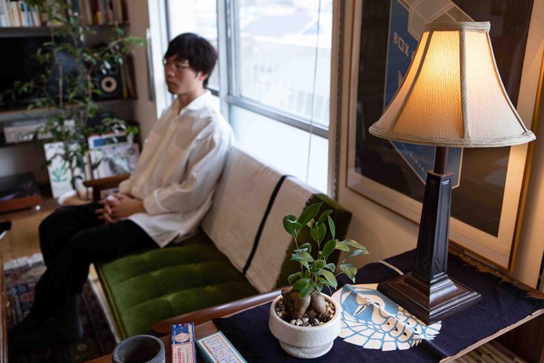 アメリカのシェードランプの脇に鉢植えのガジュマル。室内にはポイントにグリーンを配している(写真撮影/片山貴博)