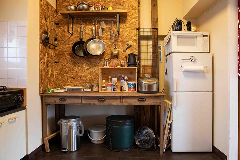 キッチンは、突っ張り棒のような仕組みで壁や天井に穴を開けずに柱をつくれるアイテム「ディアウォール」を使用。施工は1日ほど(写真撮影/片山貴博)