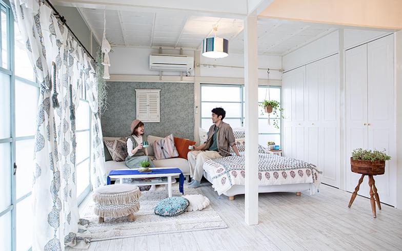 玄関から正面に見えるブルーがアクセントの壁に貼ったのは、夏水組オリジナルの襖(ふすま)紙(写真撮影/片山貴博)