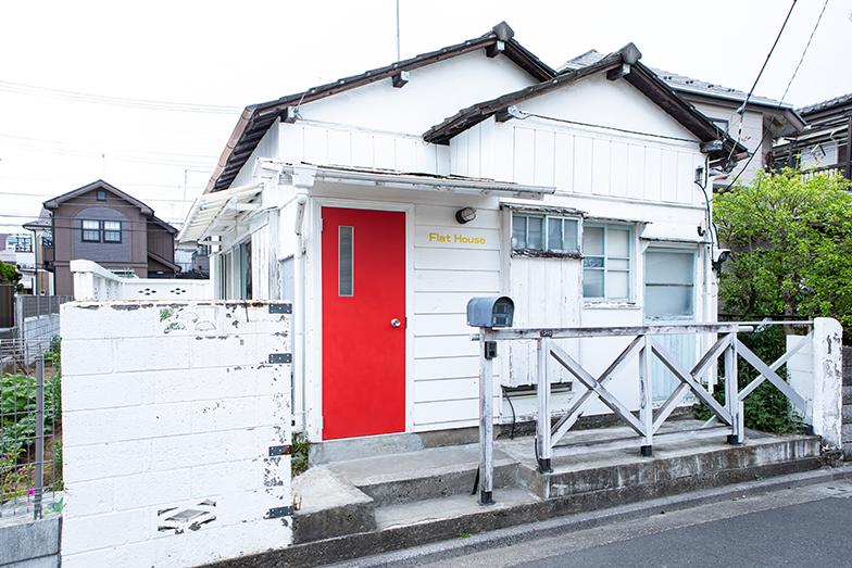 白壁に赤いドアのフラットハウスは、海外の雰囲気を醸し出している(写真撮影/片山貴博)