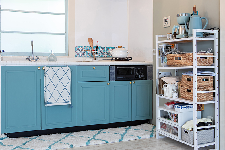 キッチンパネルや壁や床などブルーで統一されたキッチン(写真撮影/片山貴博)