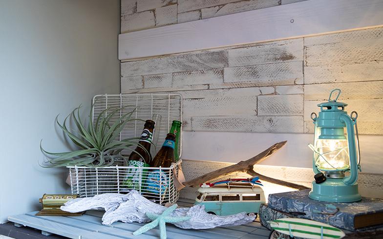 玄関の下駄箱の上の壁に板を貼り付けた。フック等を取り付ける予定とのこと(写真撮影/片山貴博)