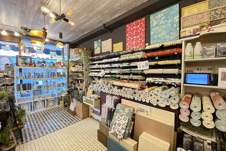 店内各所で実際に施工をした床や壁を見ることができるので、内装のイメージが分かりやすい(画像提供/夏水組)