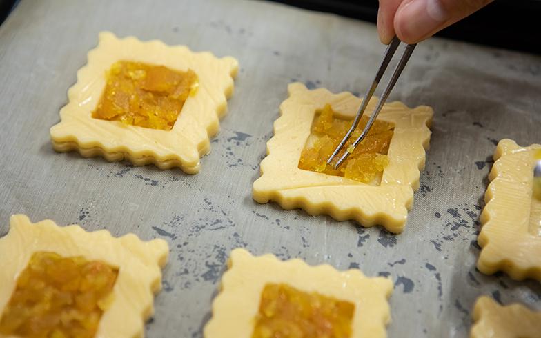 空き家や民家の庭で実ったフルーツをジャムにして、クッキーの型に置いていきます(撮影/片山貴博)