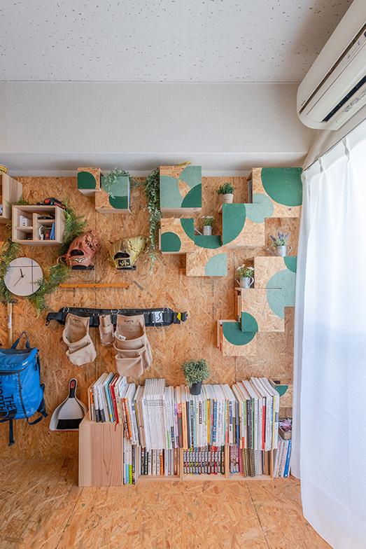 右上の緑色の部分は一番に着手した思い出の本棚。授業で学んだ建築物を参考に前面に凹凸をつけ、横から本をしまえるようにしました(写真撮影/田村写真店)