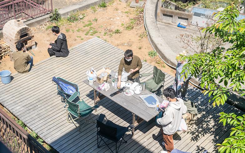 広々としたウッドデッキはDIYの作業や食事のほか、昼寝の場にもなります(写真撮影/田村写真店)