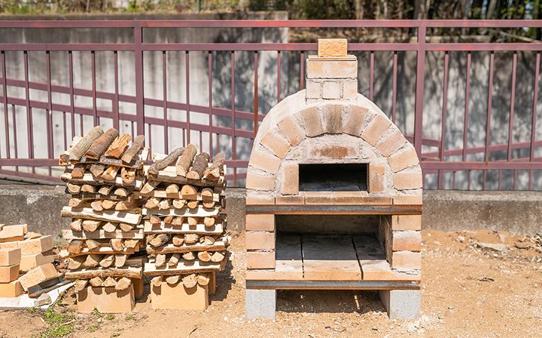 マサさんが設計や材料・予算を考え、みんなで製作したピザ窯(写真撮影/田村写真店)