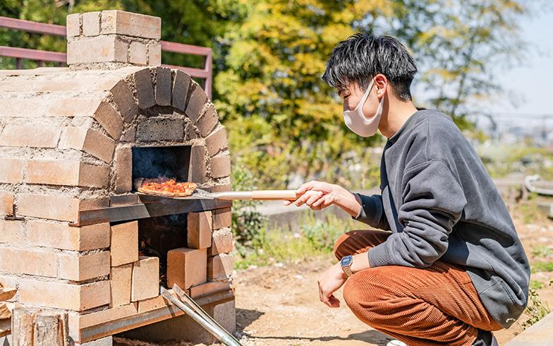 ピザ窯はムラなく熱が広がるドーム型、かつ二層にしてグリル専用スペースをつくり、機能性を高めました(写真撮影/田村写真店)
